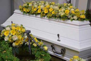 Sarg gelbe Blumen-Abschied nehmen-Bestattungen Bauer Schwäbisch Gmünd